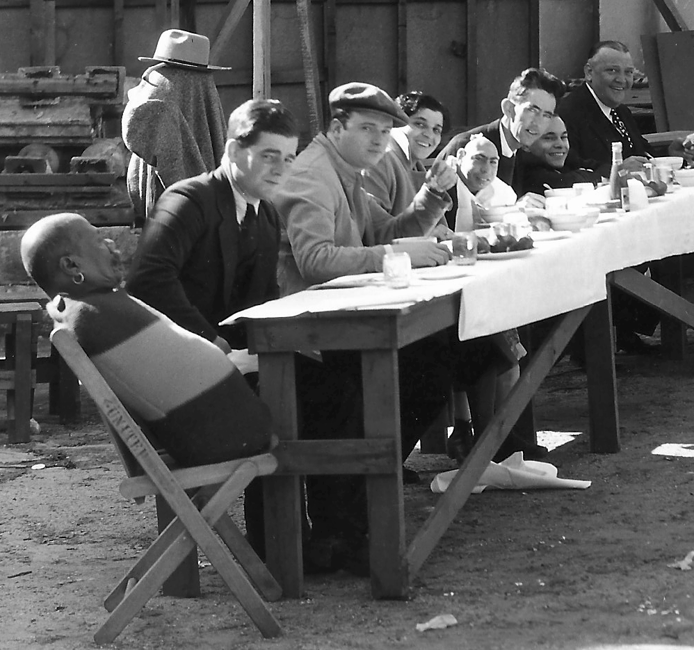 RARE PHOTO - DETAIL - CAST DINING IN MESS TENT - Freaks#12Scan300dpi